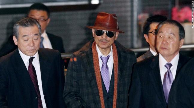 Kenichi Shinoda (tengah), ketua sindikat kejahatan terorganisir, Yamaguchi-gumi, setelah dibebaskan dari penjara pada 2011.