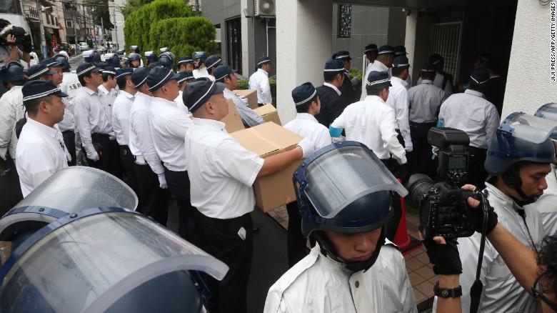 Para perwira polisi menyergap markas pusat kelompok pecahan Yamaguchi-gumi, Yamaken-gumi, pada 9 September 2016 di Kobe, Jepang.
