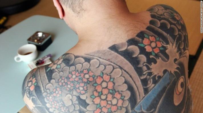 Pensiunan bos yakuza, yang tak mau diidentifikasi, berada di kediamannya di Tokyo pada 2009. Tato pada punggungnya menampilkan ikan karper sedang berenang ke hulu melawan air terjun.