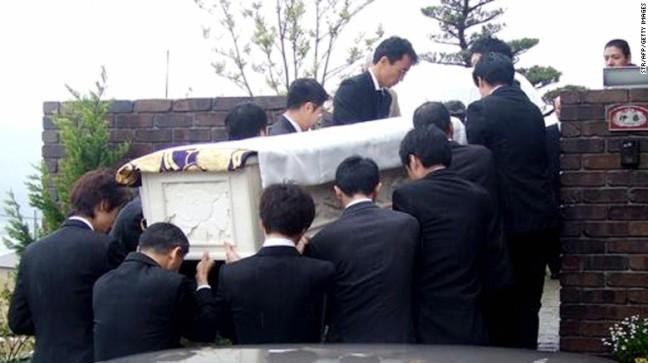Kerabat menggotong jenazah Iccho Ito, walikota Nagasaki yang ditembak dan dibunuh oleh anggota Yamaguchi-gumi, Tetsuya Shiroo, pada 8 April 2007.