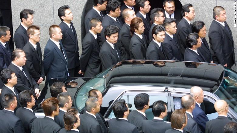 Anggota Yamaguchi-gumi berkumpul di pemakaman pemimpin mereka di Kobe, Jepang.